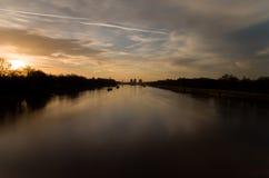 Solnedgång på Thames River Royaltyfri Bild