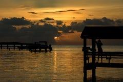 Solnedgång på tropiskt läge Royaltyfri Foto