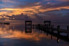 Solnedgång på tropiskt strandläge royaltyfri foto