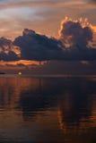 Solnedgång på tropiskt strandläge Arkivbild