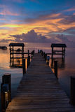 Solnedgång på tropiskt strandläge arkivfoto