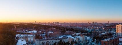 solnedgång på utkanten av stora storstads- Ryssland Ekaterinburg royaltyfria foton