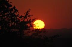 Solnedgång på utlöparegångallén som är västra i rökiga berg Arkivbild