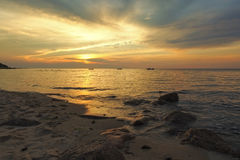 Solnedgång på vågbrytarestranden Royaltyfria Bilder