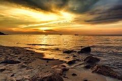 Solnedgång på vågbrytarestranden Royaltyfri Fotografi
