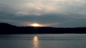 Solnedgång på vattnet stock video