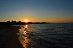 Solnedgång på vattnet Arkivfoton