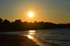 Solnedgång på vattnet Arkivfoto