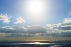 Solnedgång på vattnet dramatisk sky Fotografering för Bildbyråer