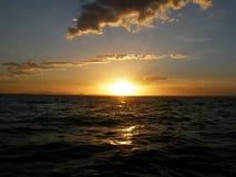 Solnedgång på vattnet i tropiska Queensland Royaltyfria Bilder