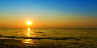 Solnedgång på vid naturlig havsbakgrund Arkivfoton
