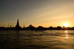 Solnedgång på Wat Arun Temple, Bangkok Thailand Royaltyfria Bilder