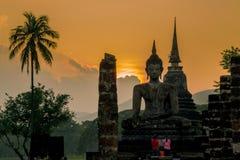 Solnedgång på Wat Mahatat arkivfoton