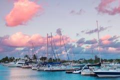 Solnedgång på yachtdrevmarina arkivfoton