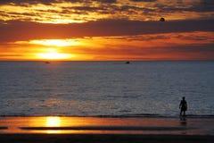 Solnedgång & parasailing på havet Royaltyfria Foton