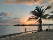 Solnedgång Playa Rompeolas Aquadillia Puerto Rico Arkivfoto