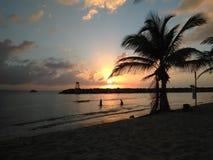Solnedgång Playa Rompeolas Aquadillia Puerto Rico arkivfoton