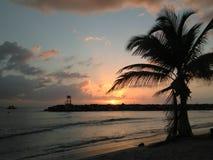 Solnedgång Playa Rompeolas Aquadillia Puerto Rico royaltyfria foton