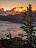 Solnedgång reflekterad på vatten på krater sjön Arkivbild