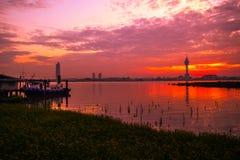 Solnedgång (resningsol i morgonen) Arkivbilder