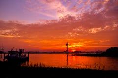 Solnedgång (resningsol i morgonen) Arkivbild