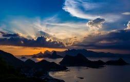 SOLNEDGÅNG RIO DE JANEIRO, GUANABARA-FJÄRD Arkivbild