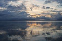 Solnedgång runt om ön Pamilacan Arkivfoton