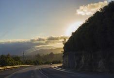 Solnedgång runt om hörn på vägen Royaltyfri Bild