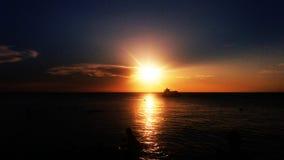 Solnedgång Santa Marta strand Arkivbild