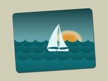 Solnedgång, segelbåt och hav med vågor royaltyfri bild