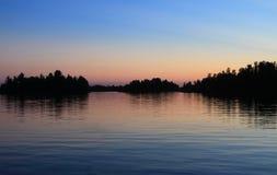 Solnedgång sjö av träna, Kenora, Ontario royaltyfri fotografi