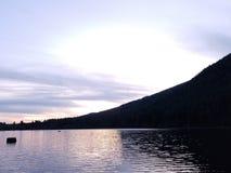 Solnedgång@ skallerorm sjö Arkivbilder