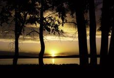 Solnedgång/soluppgång över sjön Fotografering för Bildbyråer