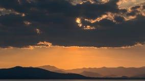 Solnedgång/soluppgång, ljusa strålar med moln royaltyfri fotografi