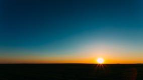 Solnedgång soluppgång, sol över lantligt bygdfält royaltyfri fotografi