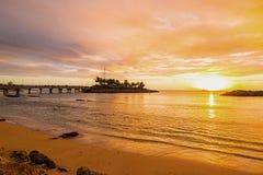 Solnedgång som beskådas från en avskild och fridfull strand på den nordvästliga kusten av Barbados Fotografering för Bildbyråer