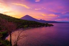 Solnedgång som förbiser vulkan Royaltyfria Foton