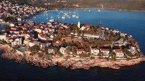 Solnedgång som flyger över den semesterortAdriatiska havet staden Primosten, Kroatien lager videofilmer
