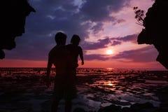 solnedgång som håller ögonen på tillsammans arkivbild