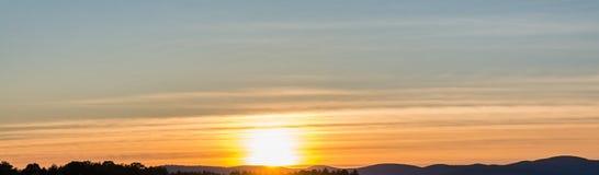 Solnedgång som kura ihop sig i musikband av cirrusmolnmoln Royaltyfri Foto