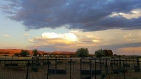 Solnedgång som reflekterar av Pryorsen Royaltyfri Foto