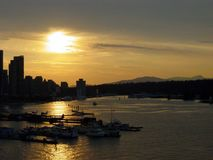 Solnedgång som reflekterar på vatten arkivfoton