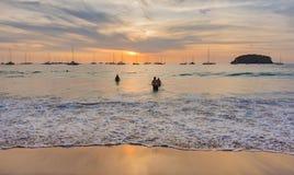 Solnedgång som ses från katastranden i Phuket, Thailand Arkivbild