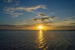 Solnedgång som ses i lagun av paradisön Sri Lanka royaltyfri bild