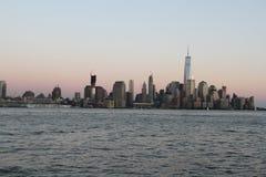 Solnedgång som skjutas av New York City horisont Royaltyfria Bilder