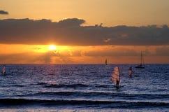solnedgång som widnsurfing royaltyfria foton