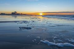 Solnedgång stad längs för Nordsjö, Ostend, Belgien royaltyfri foto