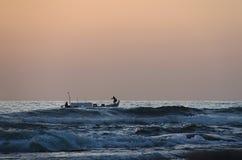 Solnedgång, storm och fartyg Arkivbild
