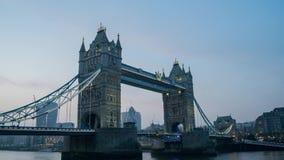 Solnedgång till natttimelapse av den historiska och härliga tornbron lager videofilmer