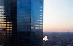 Solnedgång till och med exponeringsglaset av byggnaden arkivfoton